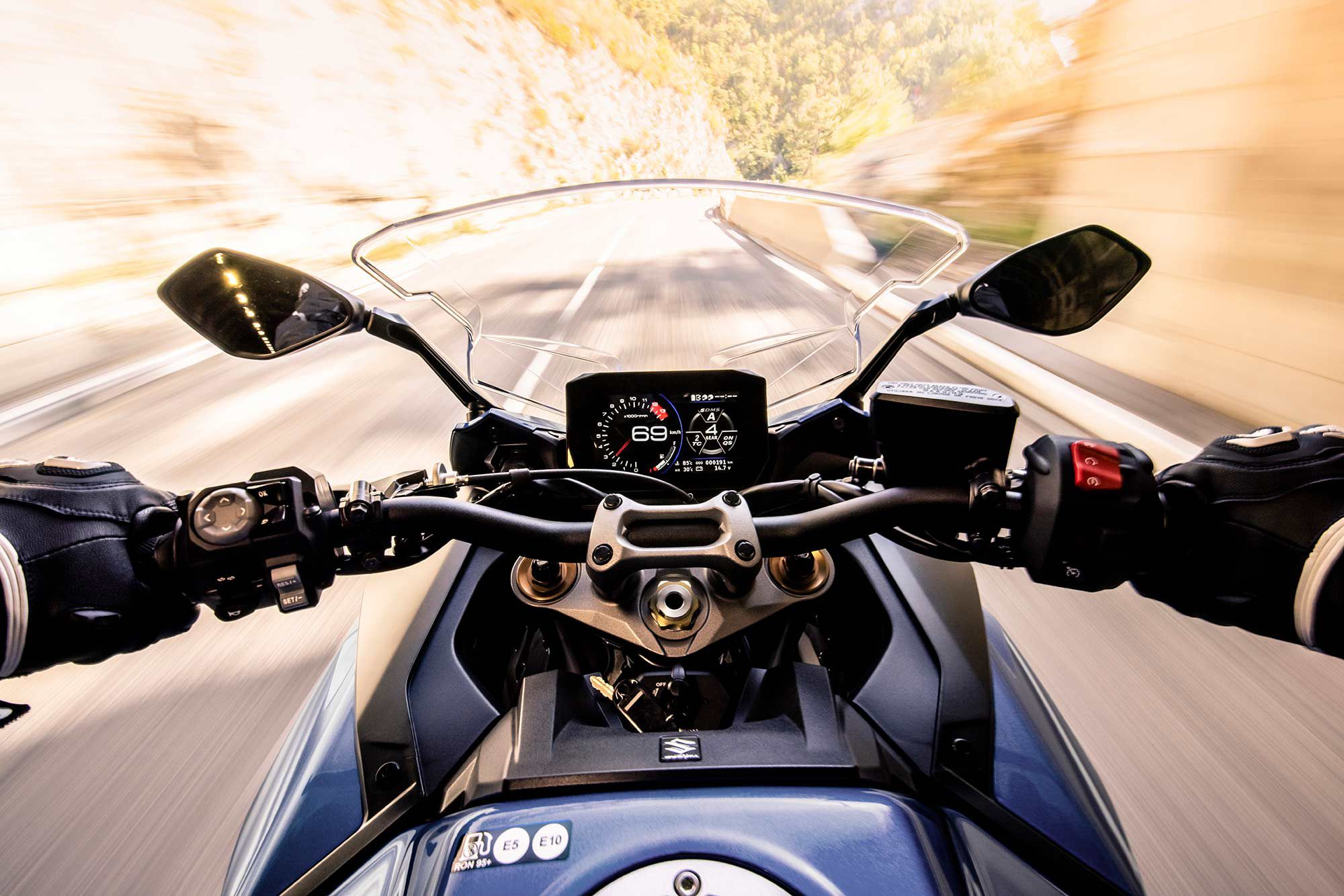 A new 6.5-inch TFT display provides all the bike and ride information.