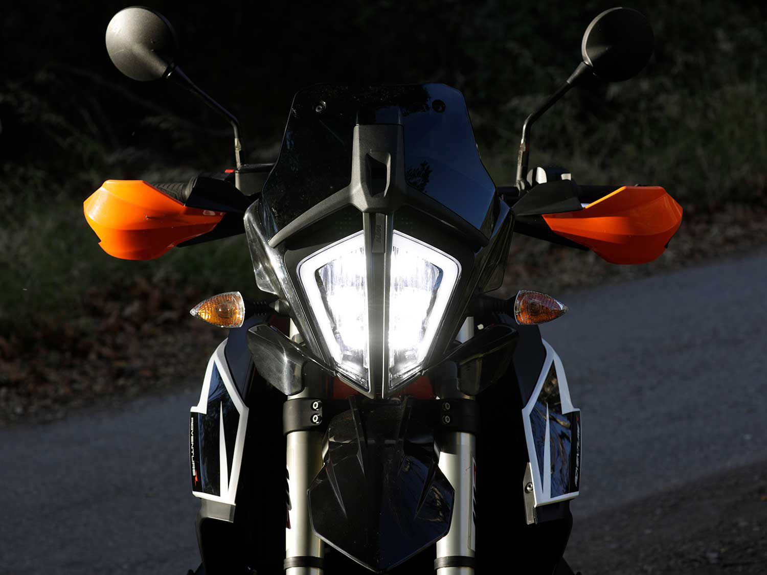 The 790 Adventure R employs bold LED lighting that illuminates the road effectively during night rides.