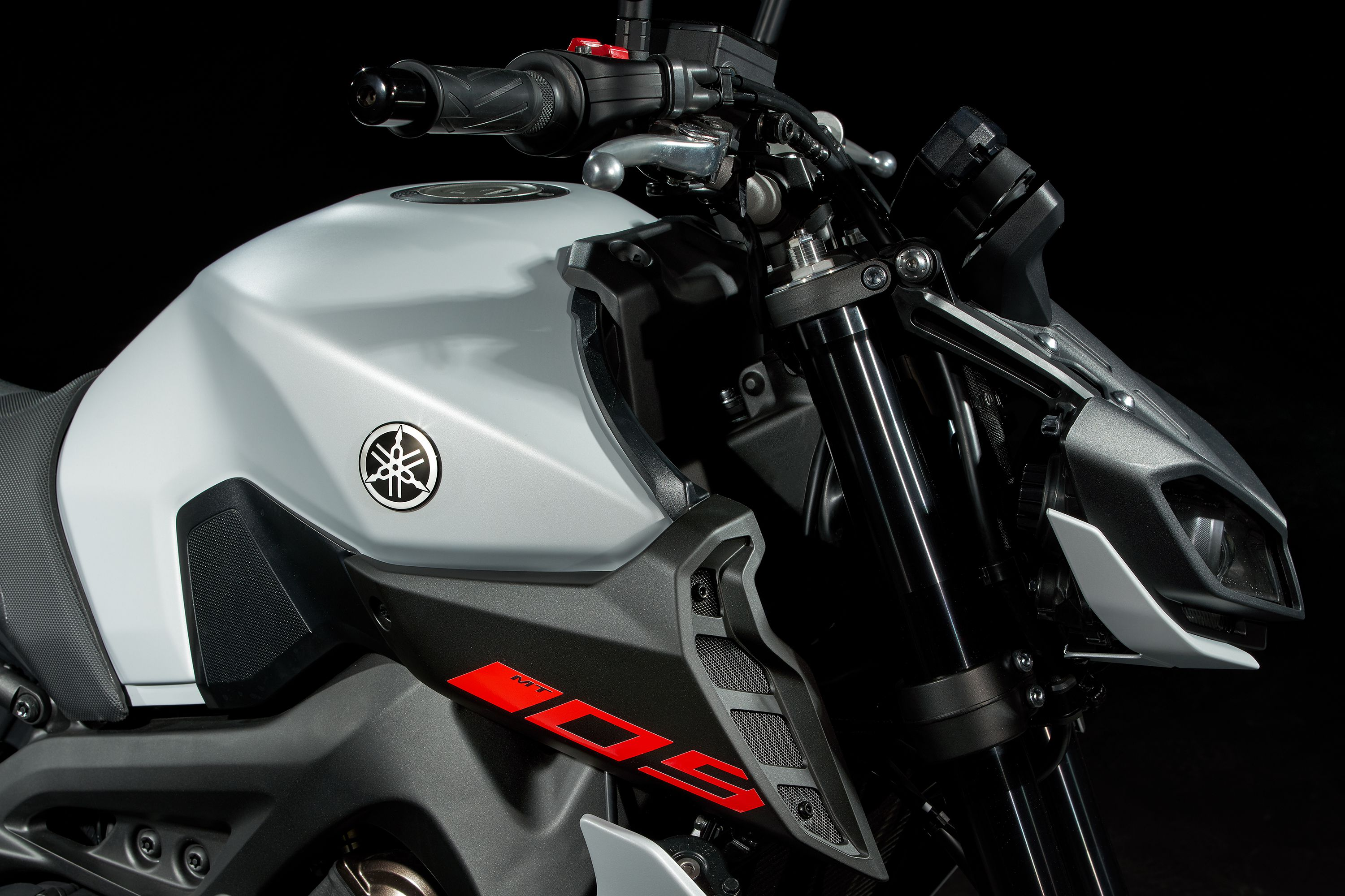 With its 3.7-gallon fuel capacity and claimed 44 mpg fuel economy the 2020 Yamaha MT-09 should offer up to 160 miles of fuel range when you hit the road.