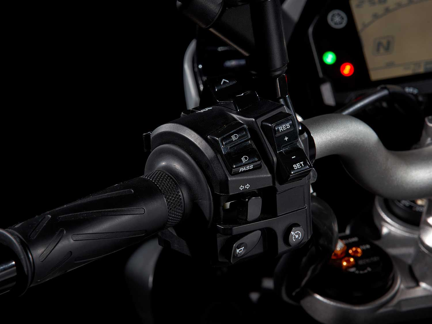 All the selector switches are conveniently located on the left handlebar for easy access to the D-Mode and other functions.