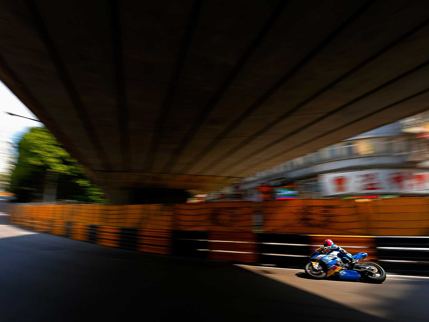 Play of light at the underpass: Lee Johnston adds more color with his light-blue BMW S 1000 RR.