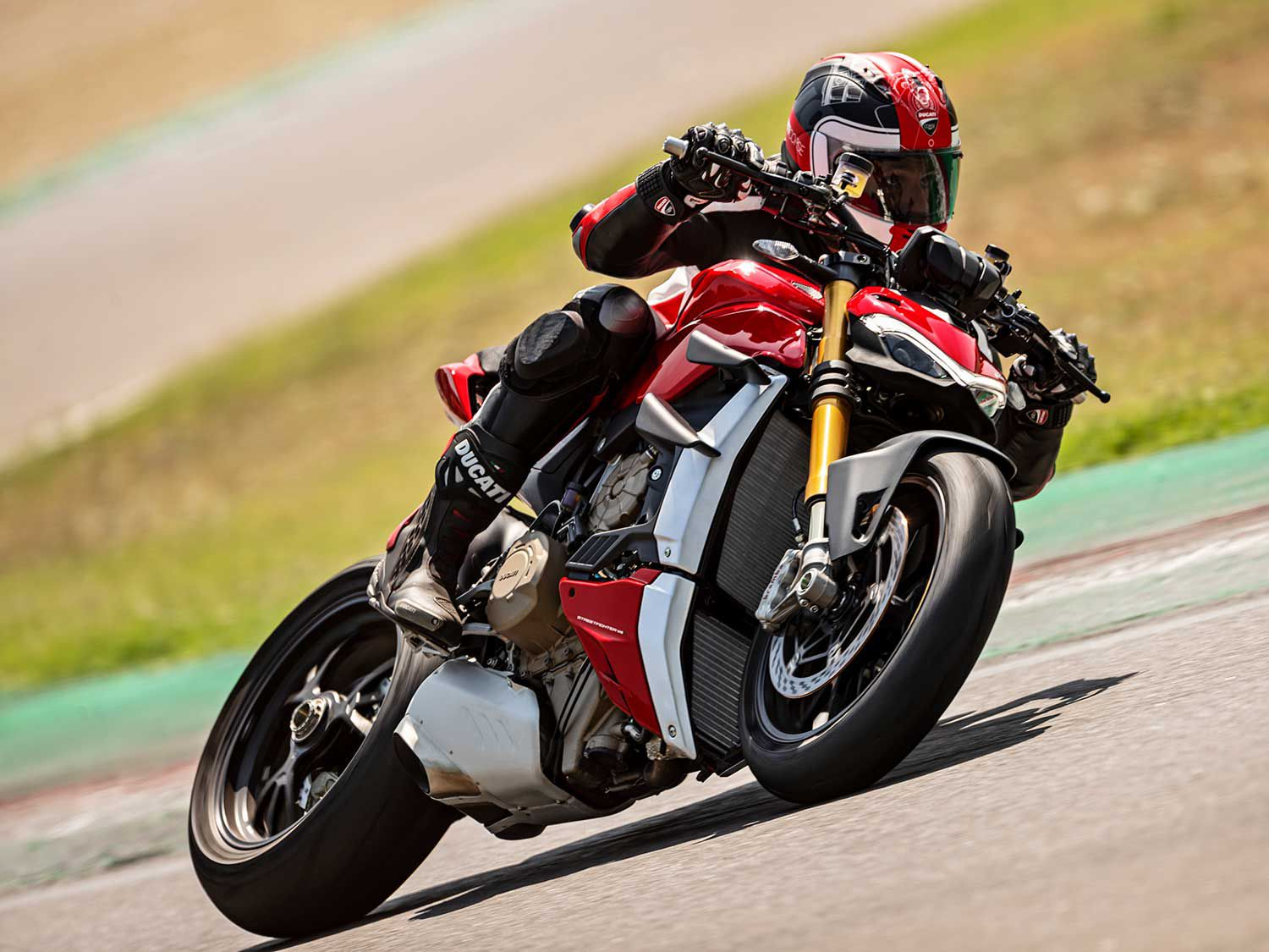 The 2020 Streetfighter V4 incorporates the Ducati Quick Shift (DQS) up/down EVO 2 system to speed up gear shifts.