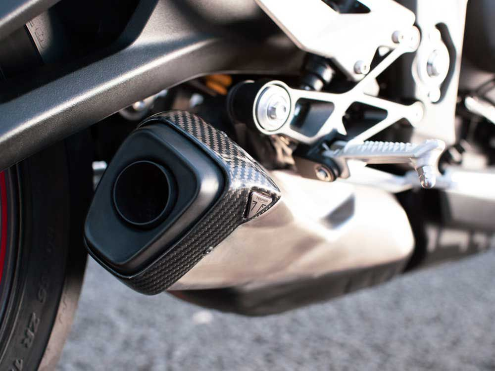 A new exhaust system graces the Street Triple RS for 2020, now with twin catalysts to meet Euro 5 emissions standards and a crossover balance tube to boost midrange power. It's finished off with a carbon fiber end cap.