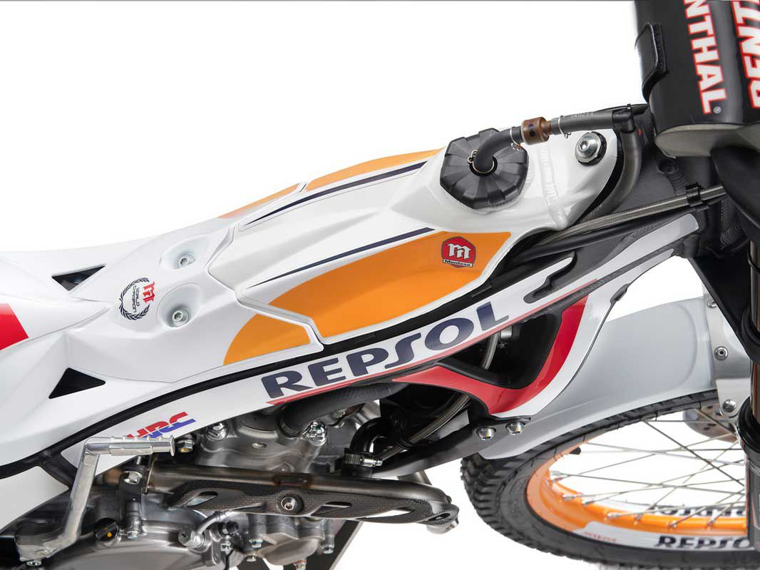 The 2020 4RT260 Race Replica is based on the standard 4RT260 but it has upgraded Showa suspension and Michelin tires.
