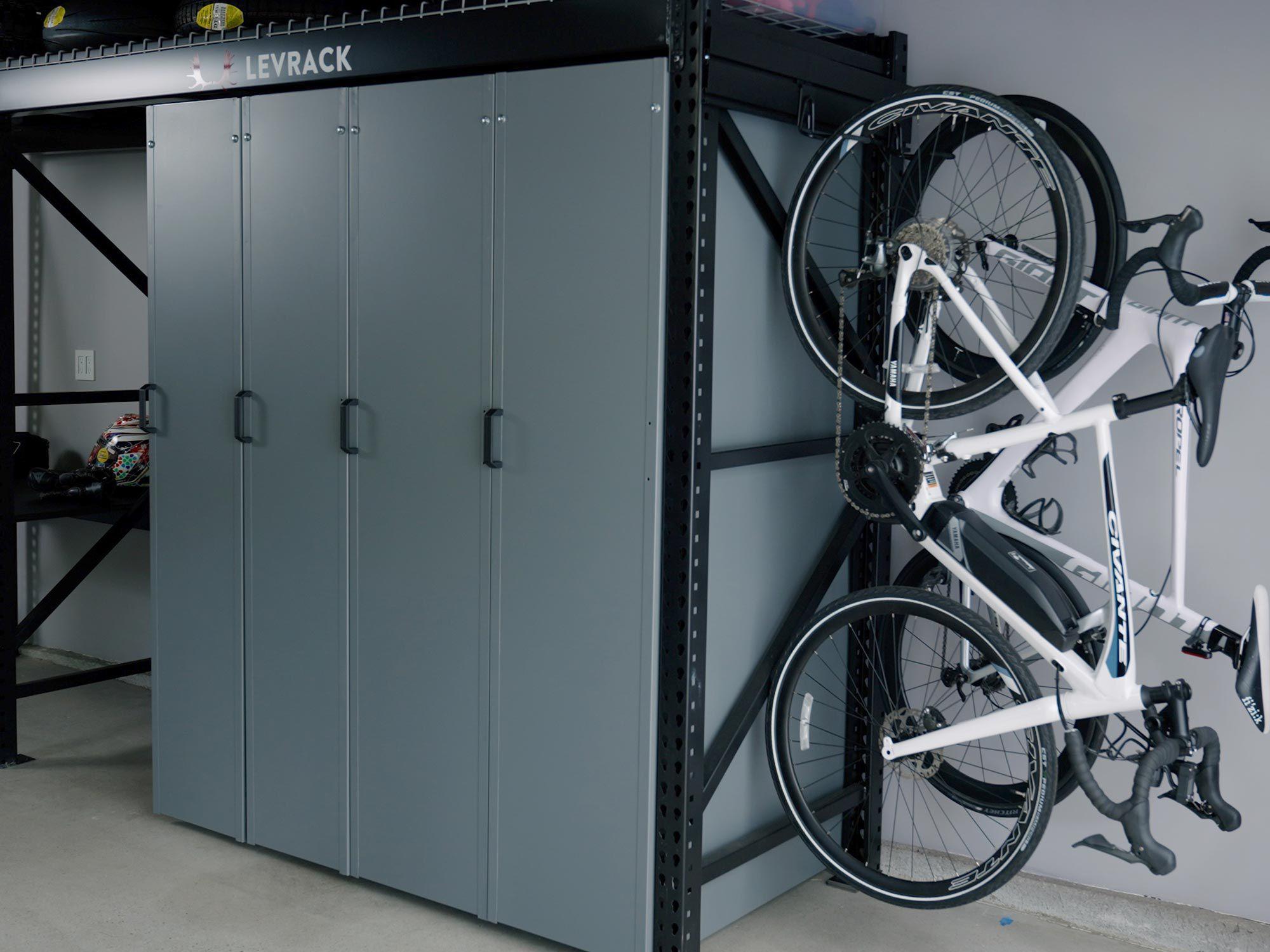 Levrack biedt een verscheidenheid aan accessoires, waaronder handige fietshaken die aan de optionele slatwall kunnen worden bevestigd.