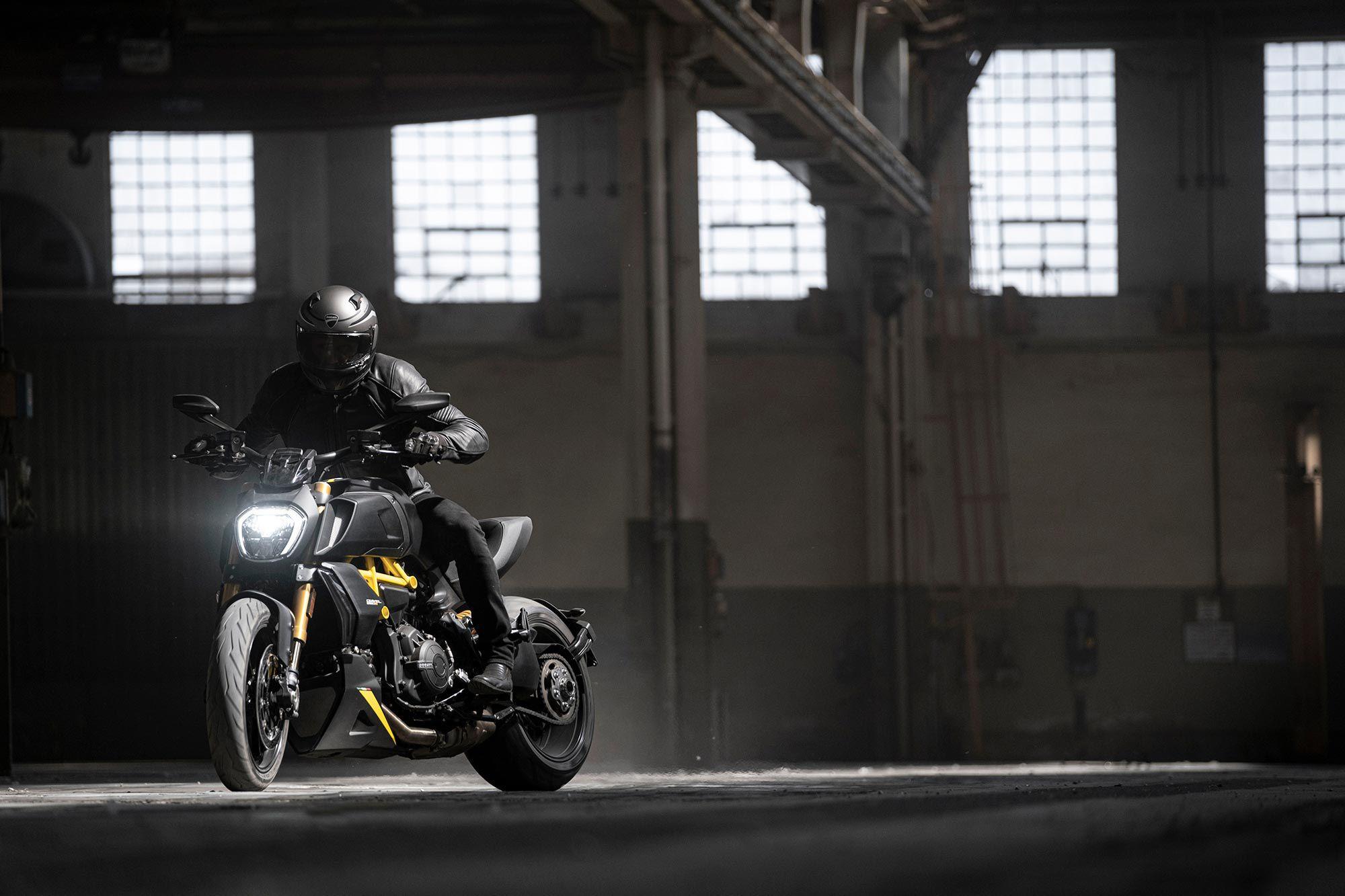 Ducati houdt zijn power cruiser net zo stijlvol als altijd met de Black and Steel.