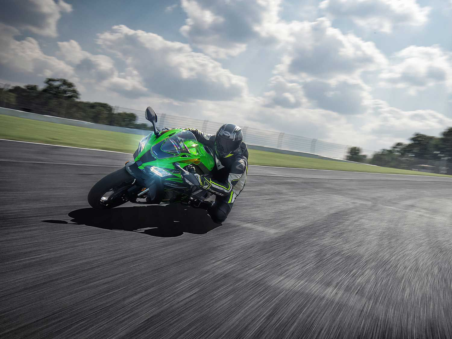 The 2020 Ninja ZX-10R engine is mounted in the frame so that it raises the center of gravity and places extra weight on the front end. This weight distribution combined with the precise rake angle improves the bike's ability to be flicked from side to side.