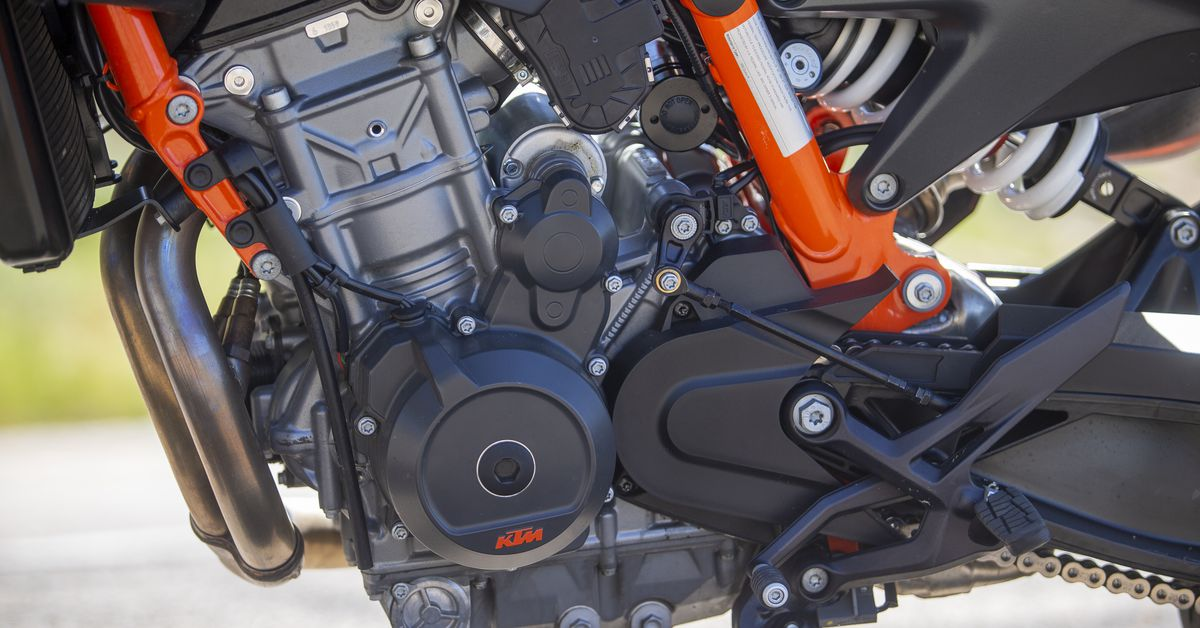 2020 KTM 890 Duke R First Ride Review