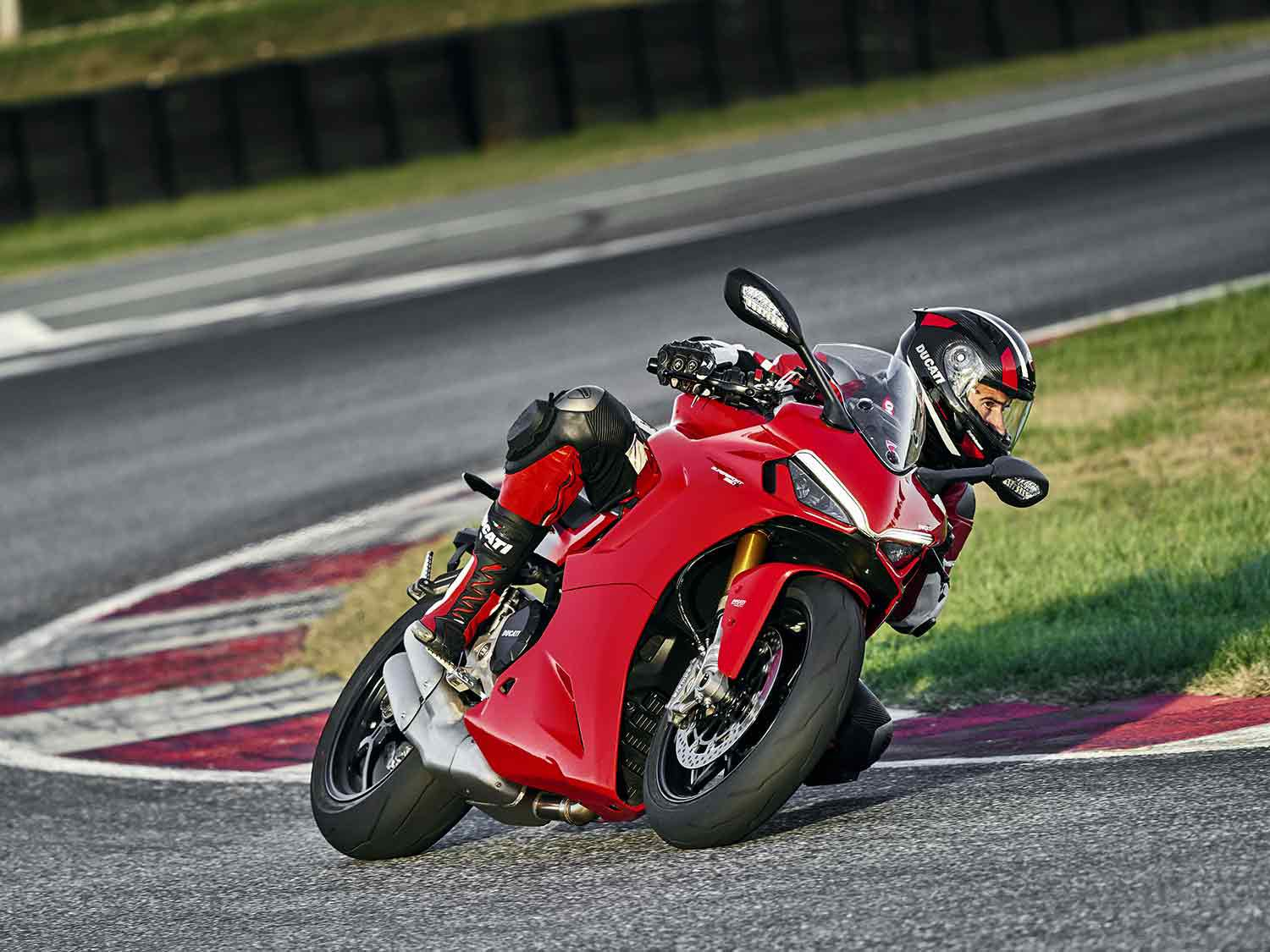 The 2021 SuperSport 950 puts out 110 hp and 68 pound-feet of torque thanks to a 937cc Testastretta V-twin.