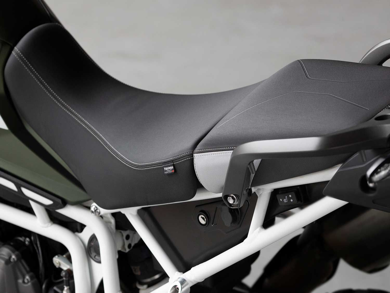 The premium Tiger 900 models come with heated and ultra-plush-looking rider and passenger seats.