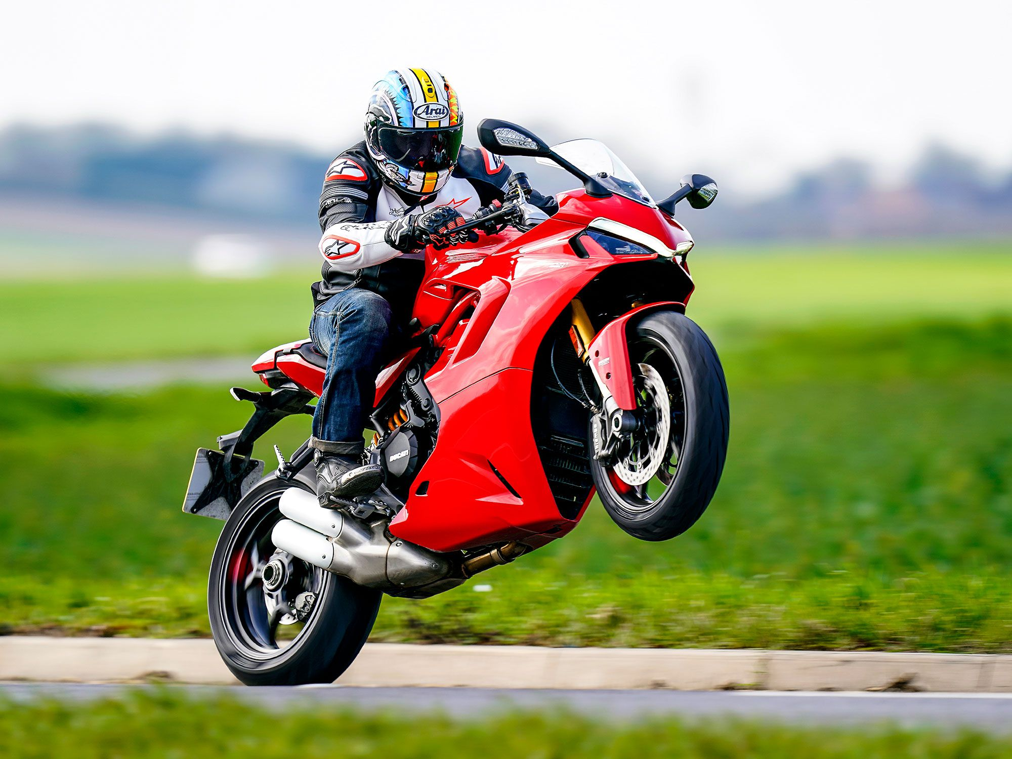 The bodywork and style are completely new, now featuring full-LED headlight with Daytime Running Light (DRL). The styling isn't just for aesthetic reasons, to bring it in line with the Panigale family, but also deflects warm engine air away from the rider.