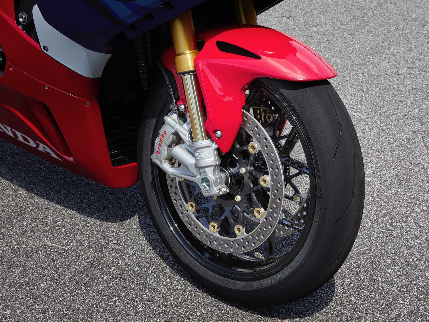The Fireblade SP gets a 43mm Öhlins NPX-series fork with electronic control. The brake rotors grow in size and are clamped by Brembo's latest-and-greatest radial-mount calipers.