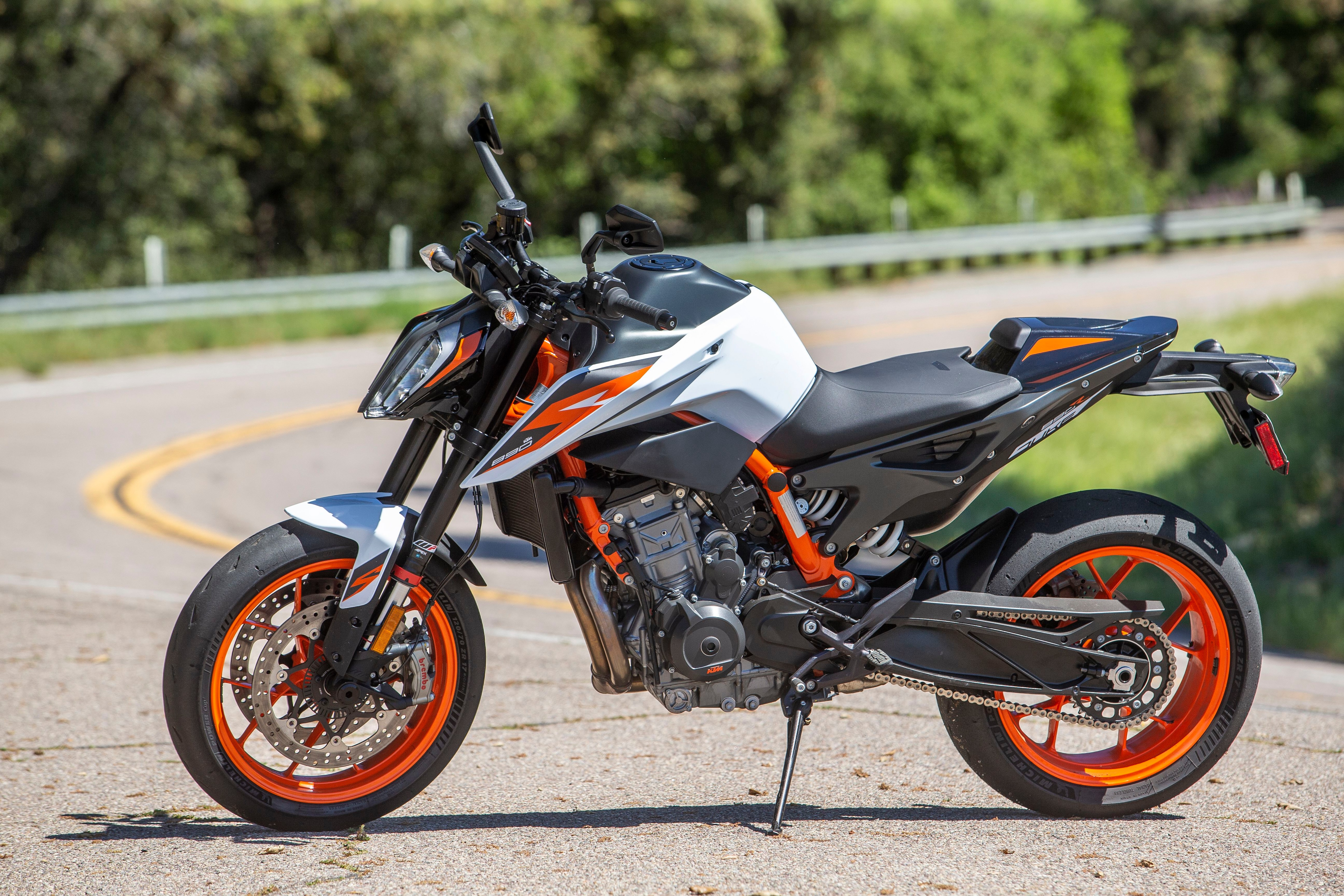 The 890 Duke R weighs in at 407 pounds with its 3.7-gallon tank filled to the brim. In motion, it feels even lighter than its curb weight implies.